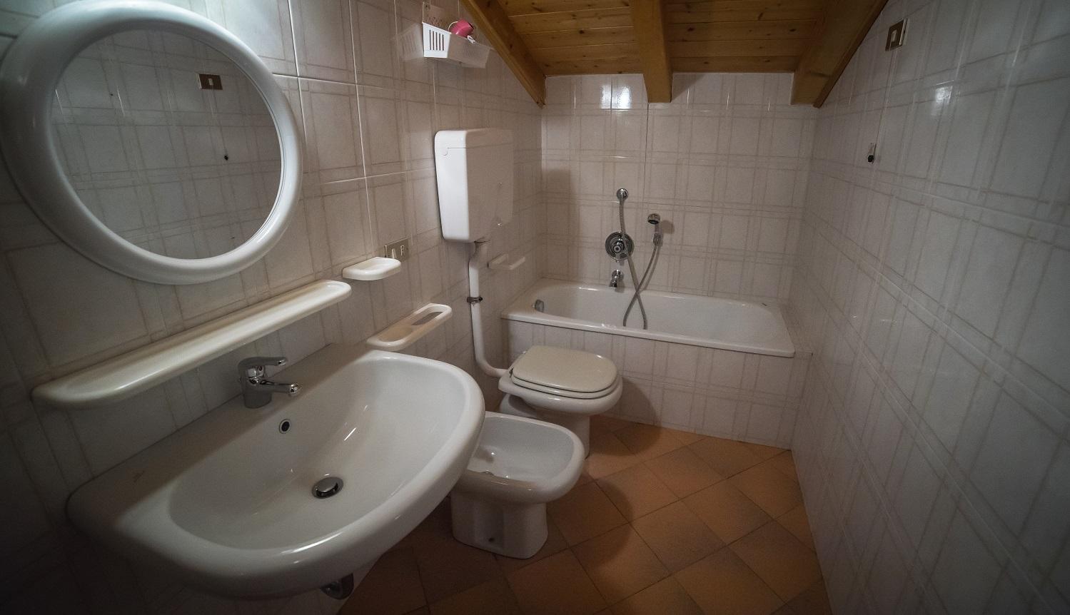 Casa enrico bilocale 4 persone lake project - Bagno sottotetto ...